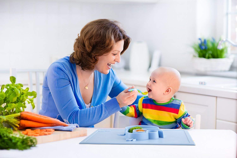 Estudio recomienda dar alimentos sólidos a los bebés antes de los seis meses