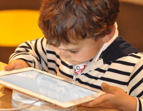 ¿El tiempo que tu hijo pasa frente al teléfono o tableta está dañando su cerebro?