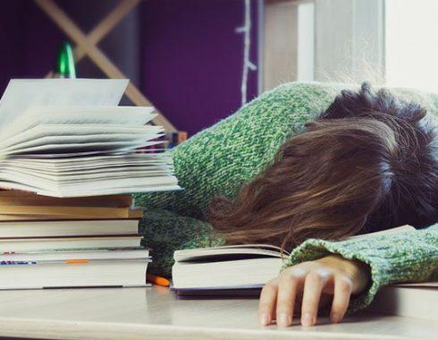 Iniciar el horario escolar más tarde mejora el rendimiento y calidad de sueño en estudiantes