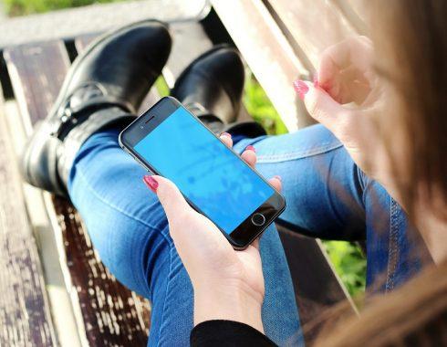 Reducir el tiempo frente a las pantallas de los dispositivos móviles mejoraría la calidad de sueño en adolescentes