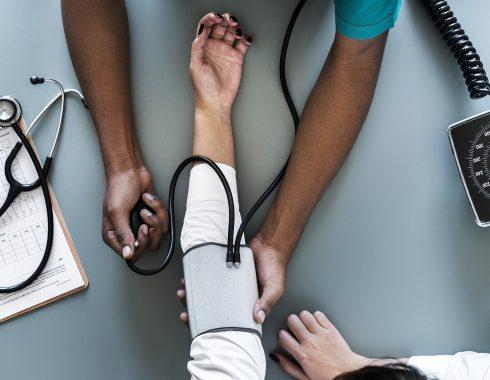 Estrés laboral e insomnio, factores que triplican el riesgo de muerte en personas con hipertensión