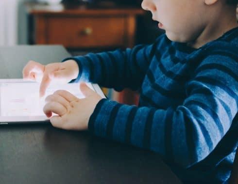 Niños que pasan más tiempo en el celular o tableta reducen su desarrollo cognitivo