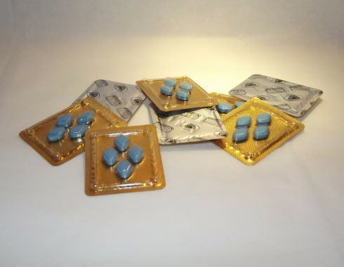 Hombres en Turquía experimentan visión azul tras ingerir Viagra