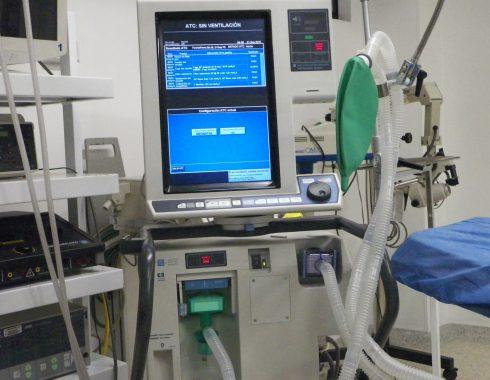 Ventilador mecánico usado en casos de falla respiratoria en COVID-19