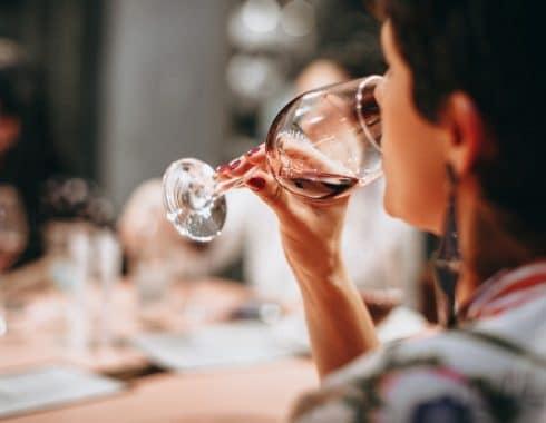 Beber alcohol reduce el riesgo de padecimientos cardiovasculares
